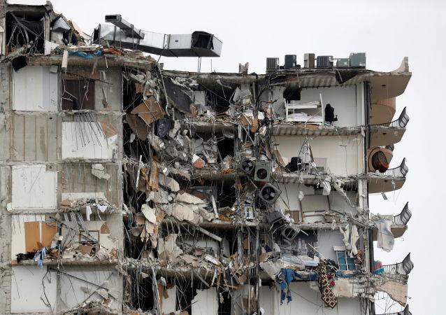美国佛罗里达州救援行动在拆除坍塌建筑物剩余部分前夕暂停