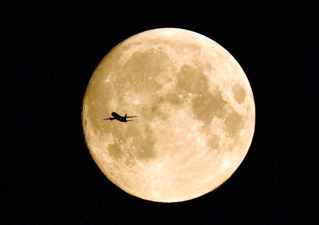 飛過滿月的飛機