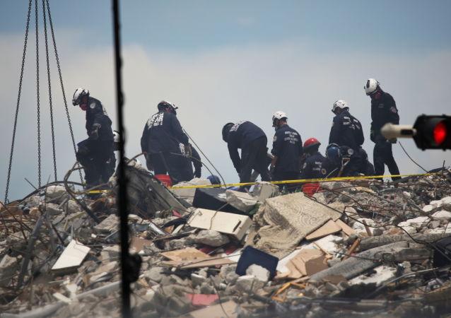 据《纽约时报》报道,迈阿密政府通知近百名失踪者的亲属,房屋坍塌后的搜救行动已经结束