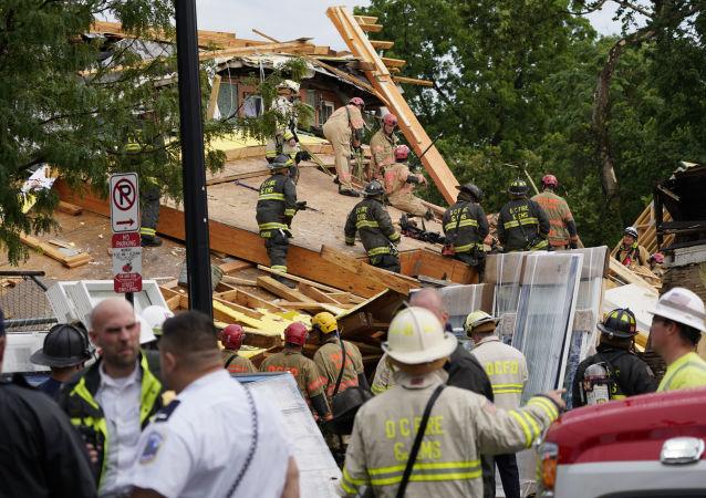救援人员从华盛顿坍塌大楼废墟下救出一名工人