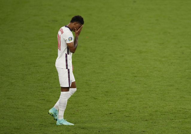 英国首相约翰逊谴责针对英格兰队球员的种族主义侮辱