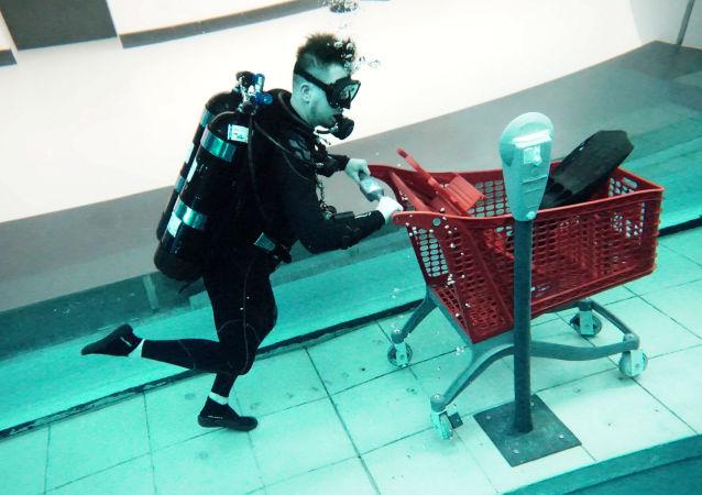 水下購物與水下騎行自行車:世界最深的迪拜潛水泳池