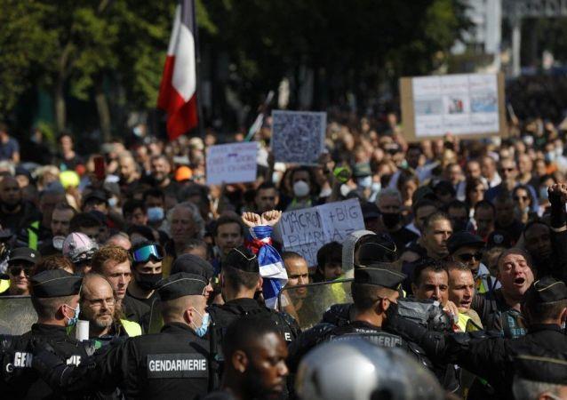 巴黎健康證抗議活動的參與者們