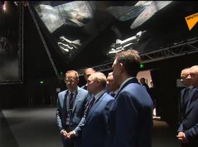 向普京展示了新型苏霍伊战斗机