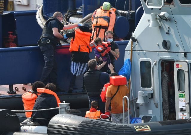 單日穿越英吉利海峽進入英國的非法移民人數創新高 達482人