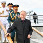 俄罗斯总统普京(前)