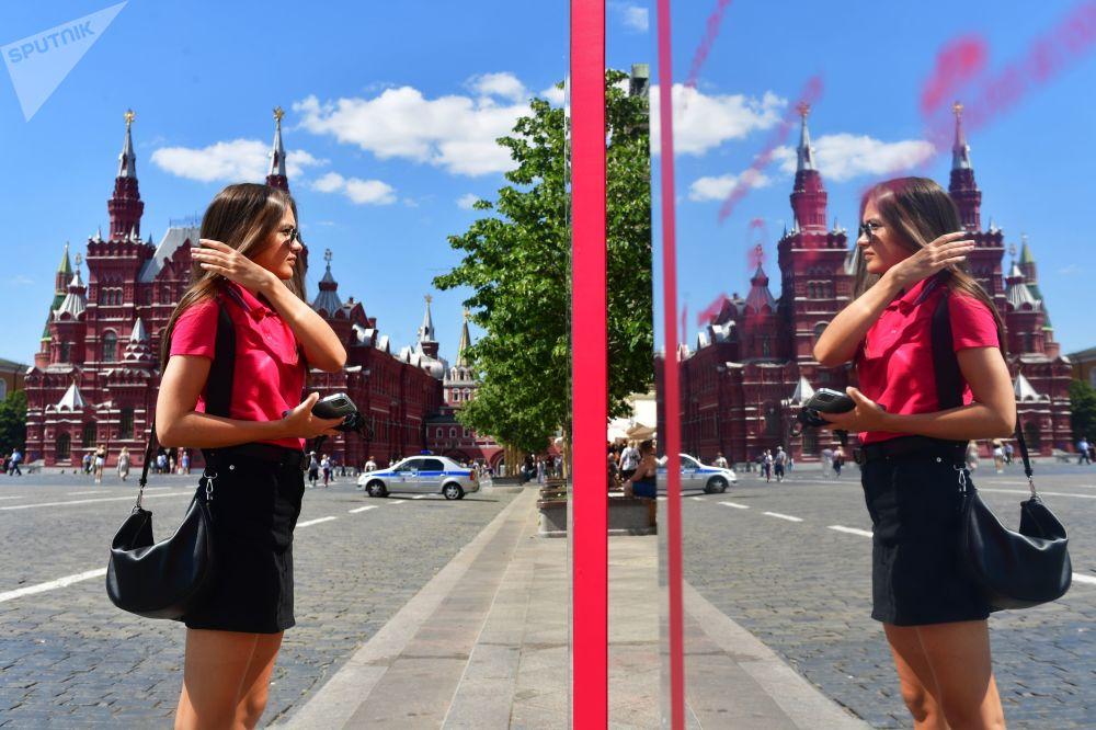莫斯科紅場國立百貨商場櫥窗前的女孩