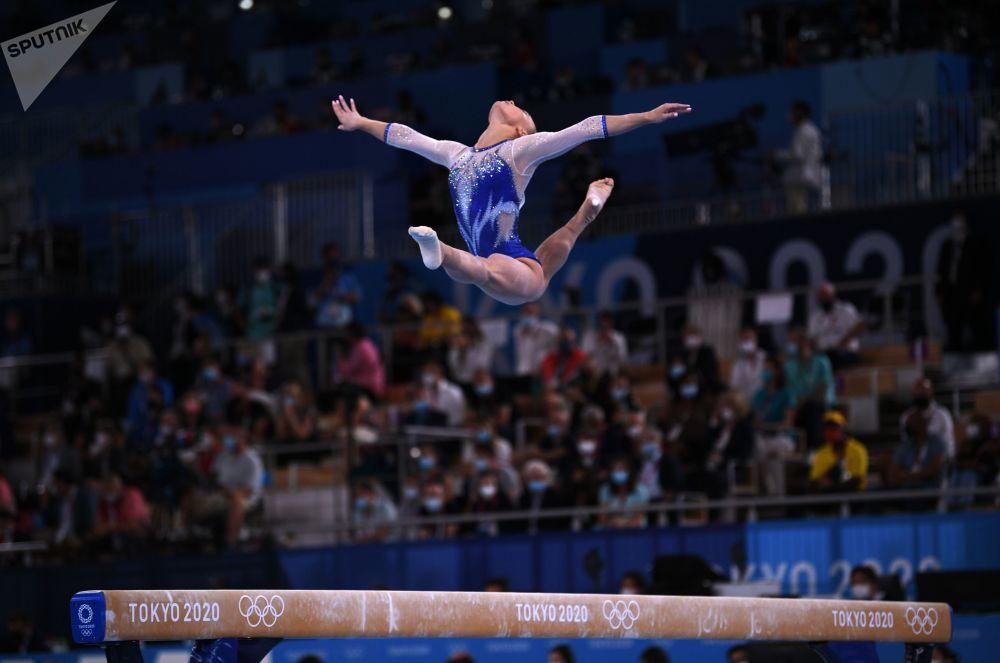 俄羅斯奧運隊安吉麗娜·梅爾尼科娃在東京奧運會體操女子團體比賽中完成平衡木項目