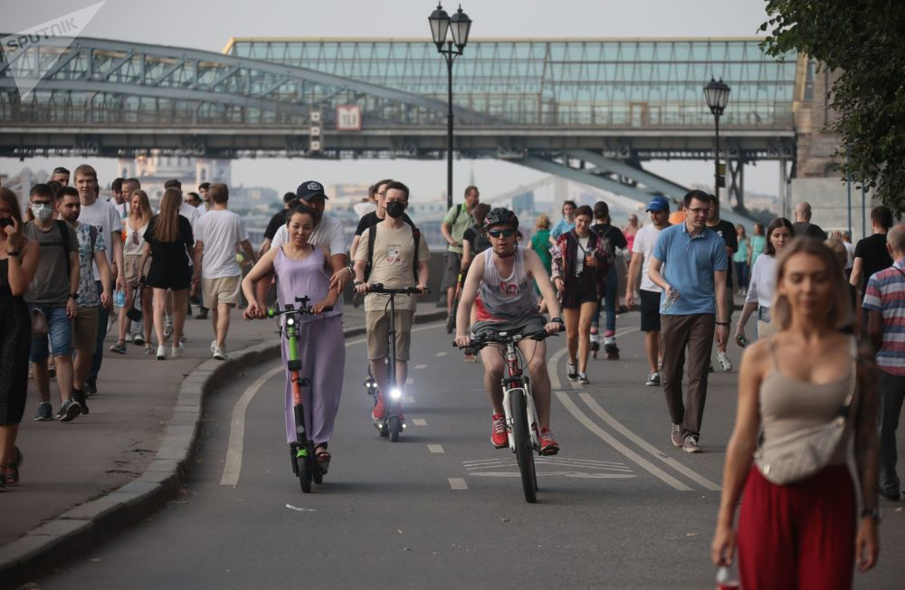 莫斯科的炎熱夏日,民眾沿著高爾基公園的莫斯科河堤岸散步