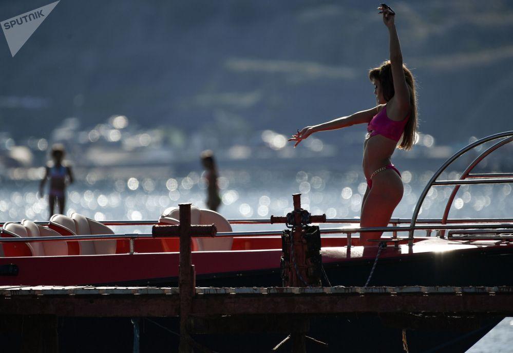 克里米亞蘇達克海灘曬日光浴的女孩