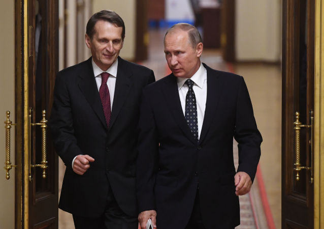 俄罗斯总统普京(右)与俄罗斯对外情报局局长纳雷什金