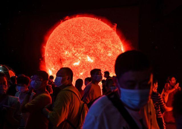 民众在近期开放的上海天文馆参观太阳模型