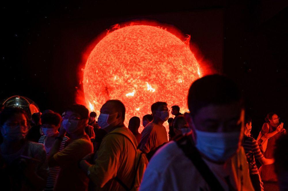 民眾在近期開放的上海天文館參觀太陽模型
