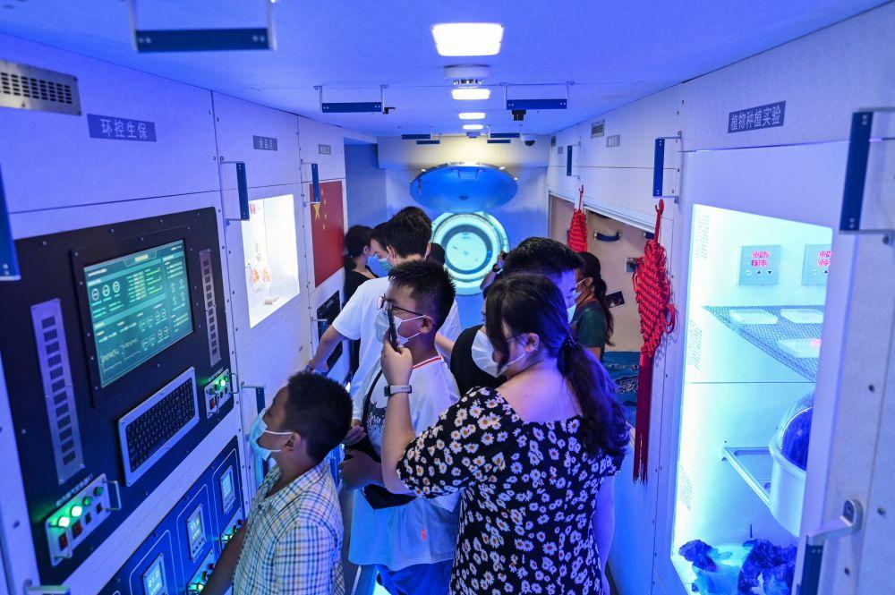 上海天文館的參觀者參觀中國宇宙飛船