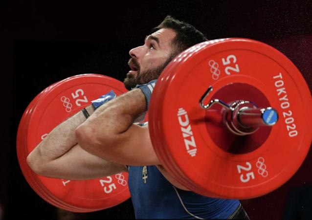 希腊一举重运动员在东京痛哭宣布退役