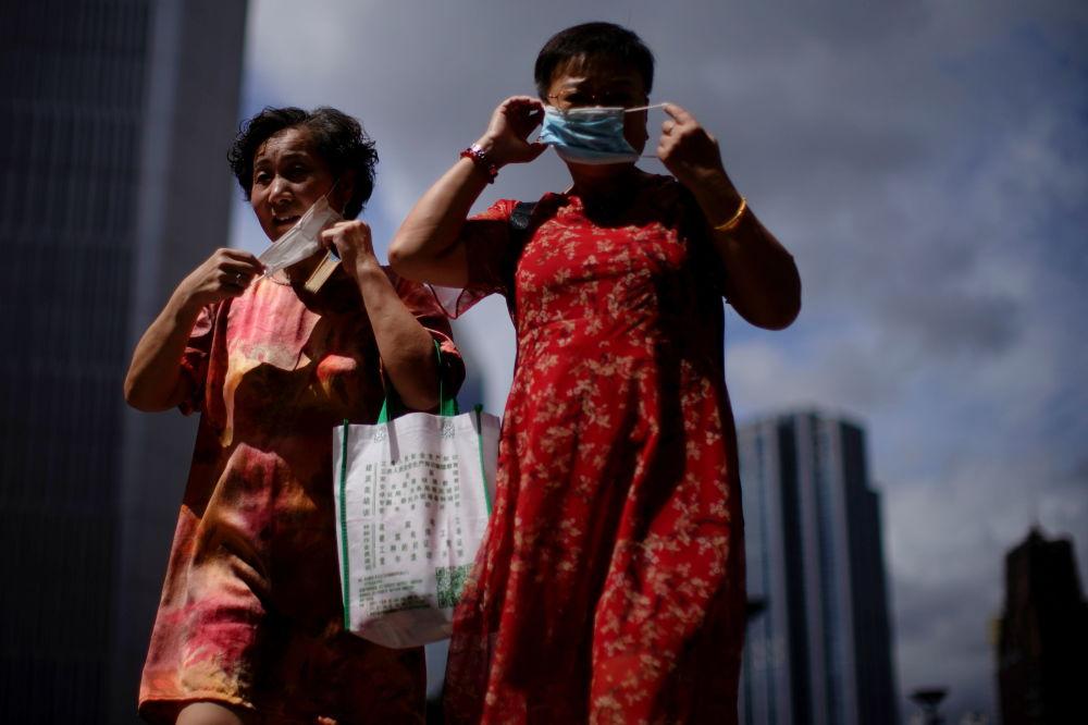 上海市民佩戴口罩出行。