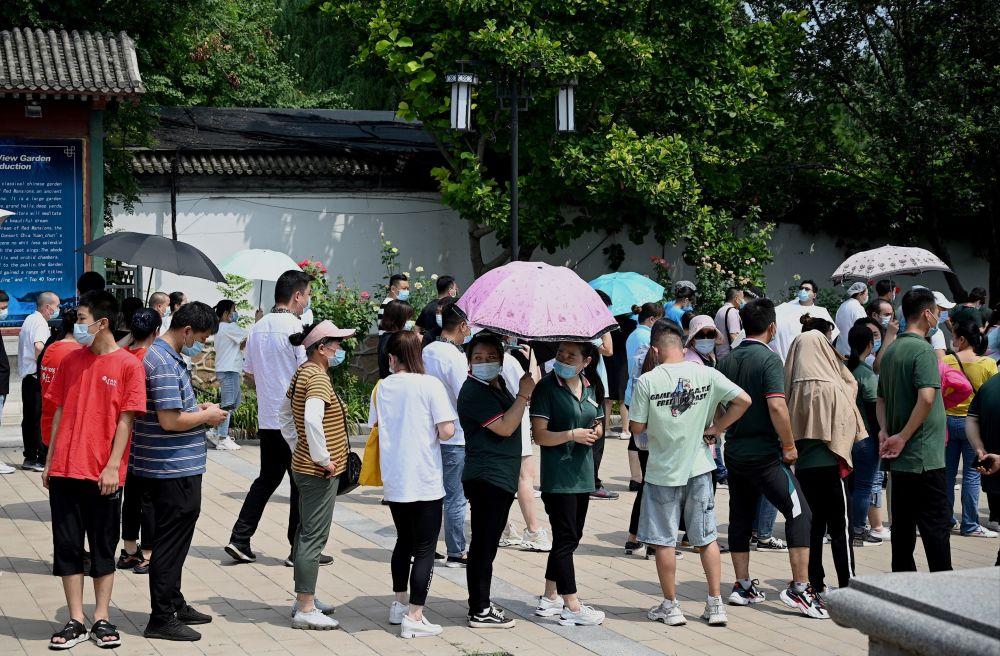 北京市民等待接收新冠篩查。