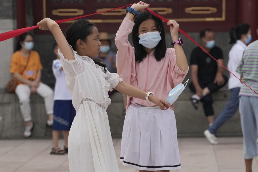 北京市的小朋友們佩戴口罩出行。