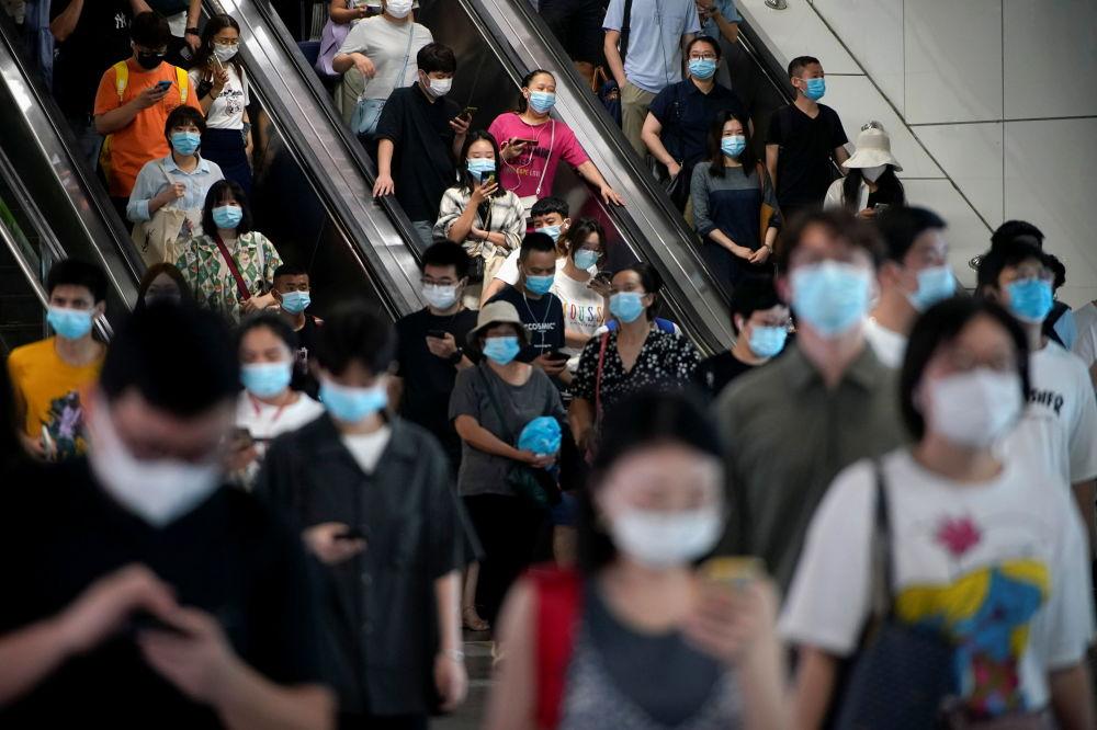 上海市民佩戴口罩乘坐地鐵。
