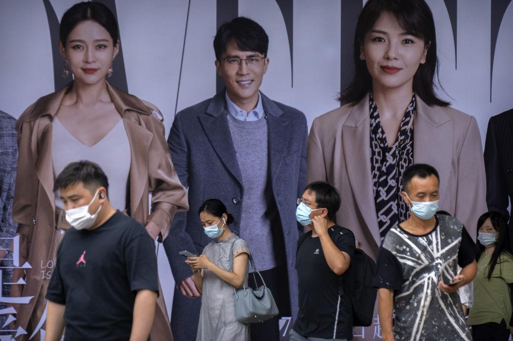 北京市民佩戴口罩出行。