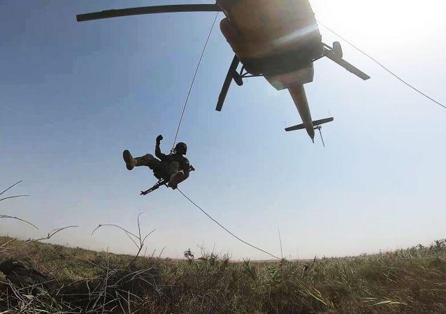 俄塔乌军人在与阿富汗边界上的演习中消灭假想非法武装团伙