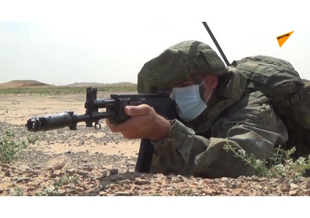 俄罗斯军事人员准备参加在青铜峡训练基地举行的国际军演