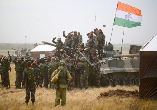 俄印军人在演习中实施针对假想恐怖分子的联合战斗