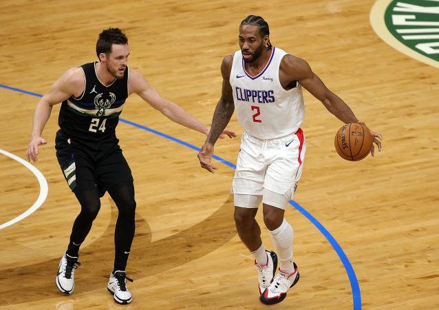 NBA球星科怀·伦纳德与洛杉矶快船队达成1.763亿美元的交易