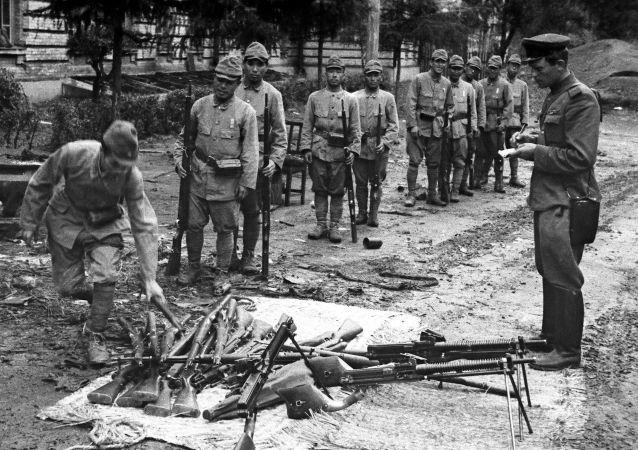 1945年8月,满洲,苏联军官接受日本俘虏武器