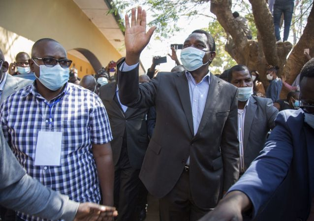 赞比亚反对党领袖希奇莱马(右)赢得总统选举