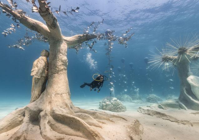 游客在水下参观塞浦路斯阿伊纳帕市Musan水下雕塑博物馆。