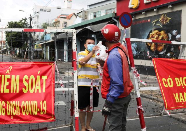 胡志明市封锁期间传递食物