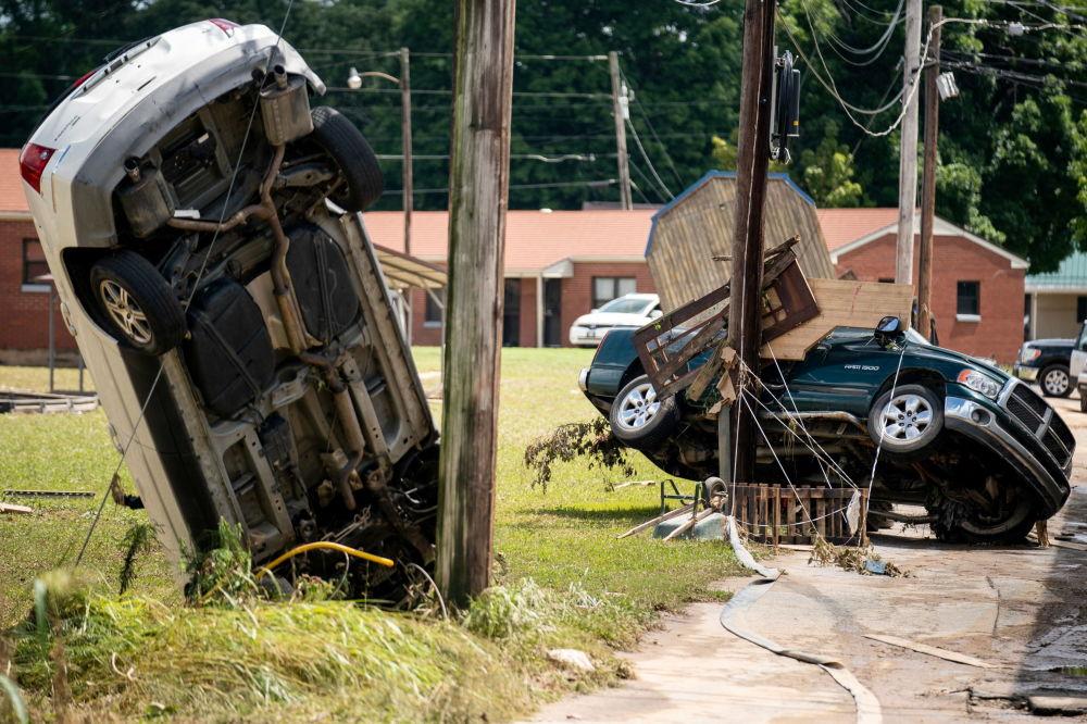 在田纳西州洪灾中损毁的车辆。