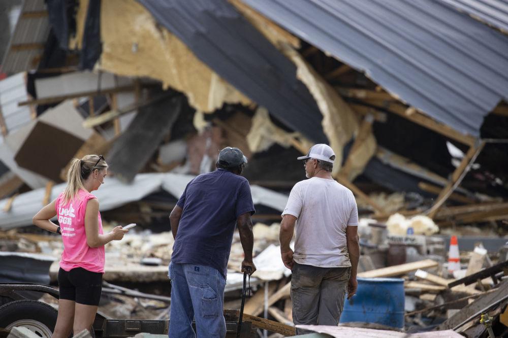 田纳西州灾区居民返回受灾房屋。