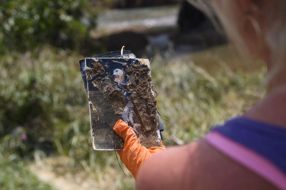 田纳西州灾区居民在废墟中找到的照片。