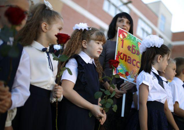 民调:俄罗斯人讲述中小学生国家补贴的使用情况
