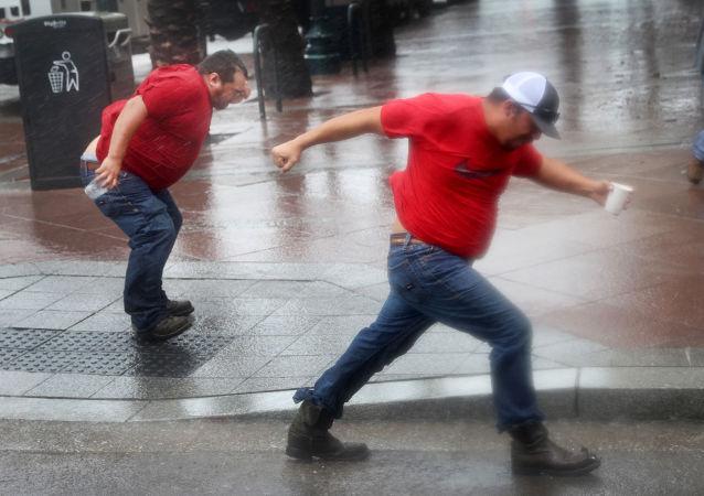"""飓风""""艾达""""袭击路易斯安那州时刮起的强风。"""