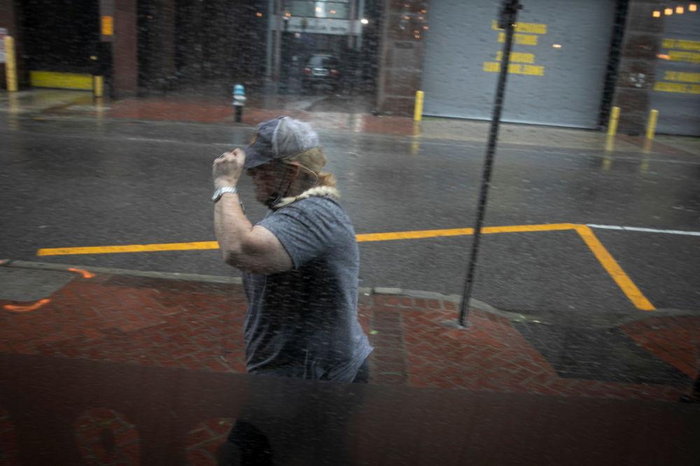 """飓风""""艾达""""袭击路易斯安那州时雨中行走的市民。"""