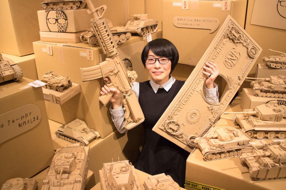 东京,日本雕塑艺术家大野萌菜美和自己的作品合影。