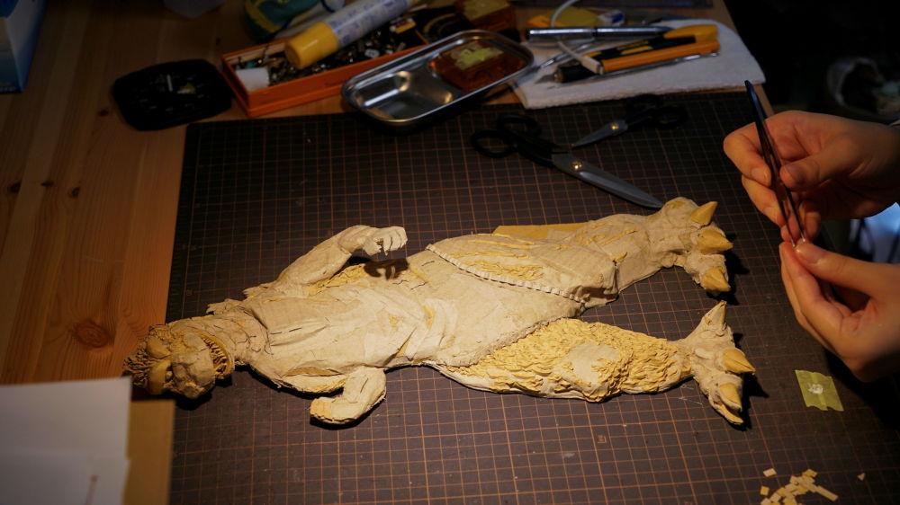 东京,日本雕塑艺术家大野萌菜美用硬纸板制作的哥斯拉。
