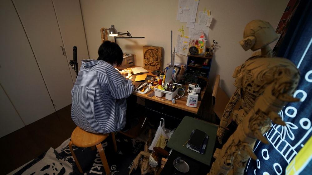 东京,日本雕塑艺术家大野萌菜美在工作中。