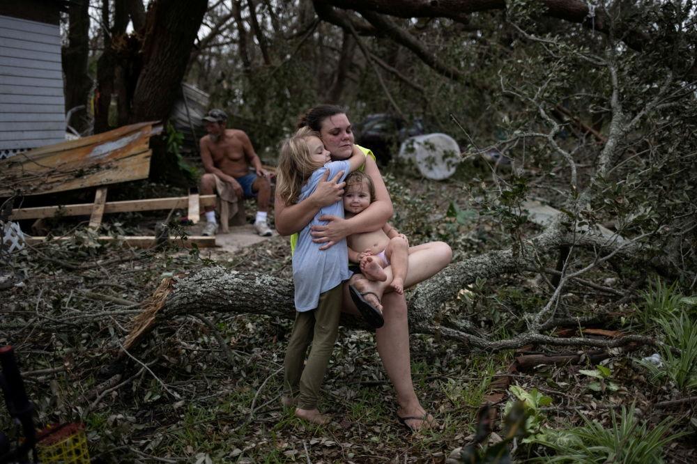 """路易斯安那州居民在飓风""""艾达""""过后返回家园。"""
