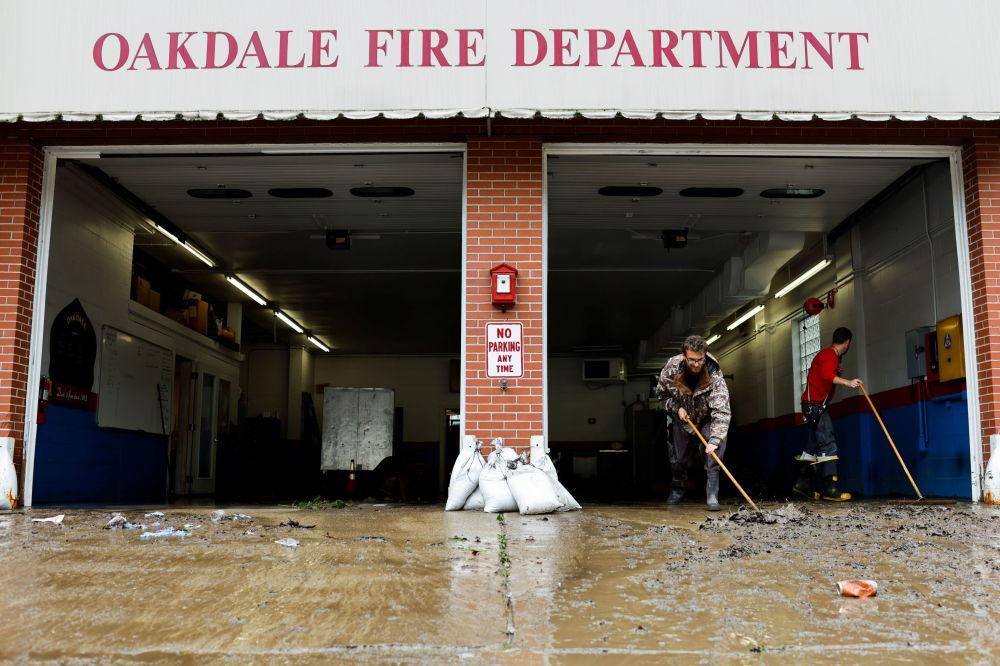"""宾夕法尼亚州消防队员在飓风""""艾达""""过后清理街道。"""