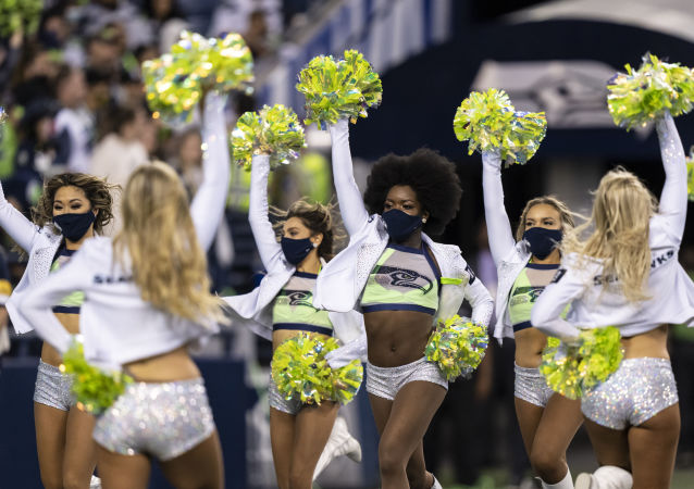 美国职业橄榄球大联盟洛杉矶闪电队与西雅图海鹰队比赛暂停期间进行的啦啦队表演。