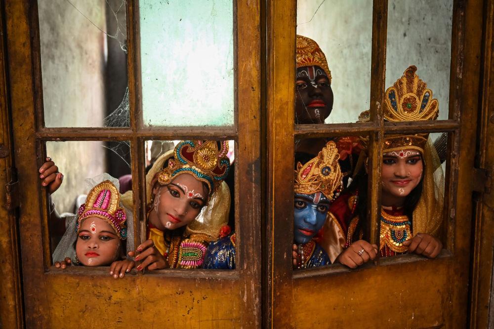 在后台等待参加印度克利须那诞辰节的演员。