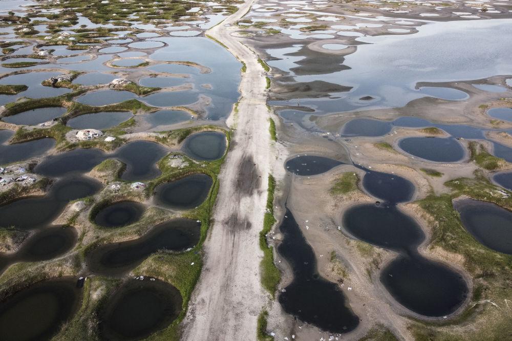 雨后的塞内加尔露天盐矿。