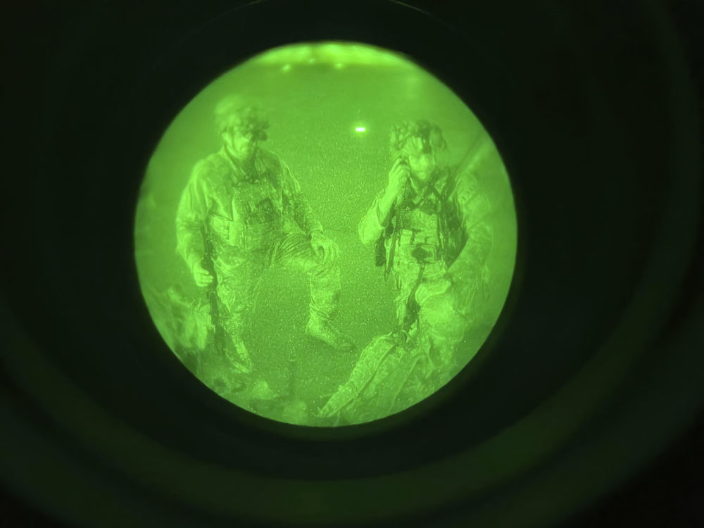 美军士兵在喀布尔机场等待登机。