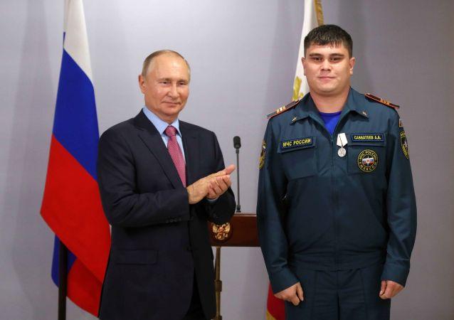 普京在布拉戈维申斯克向自然火灾和洪水抢险救灾人员颁奖
