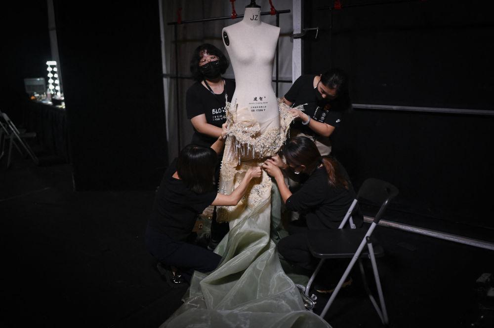 中国时装设计师熊英作品在时装周登场展示。