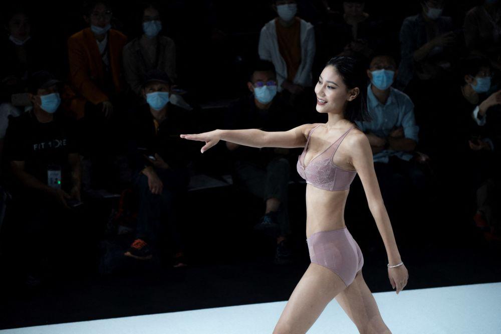 中国服装设计师肖利携MRSQUEEN品牌作品在时装周登场展示。